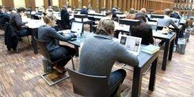Arbeitsplätze im Lesesaal einer Biliothek