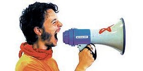 Junger Mann ruft in ein Megafon