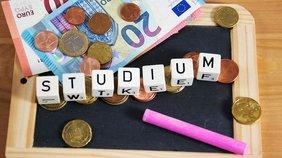 Tafel mit Geld und Schriftzug